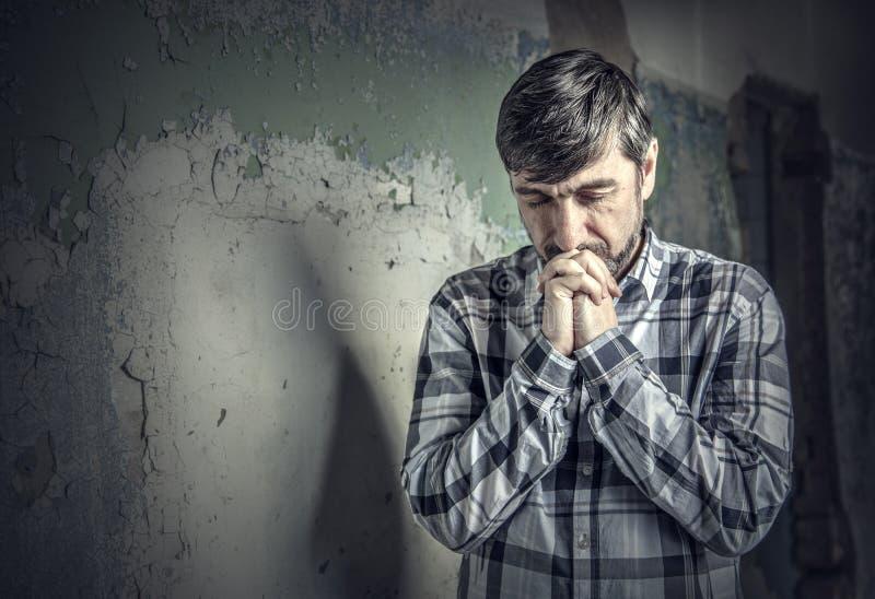 Prière d'homme images stock
