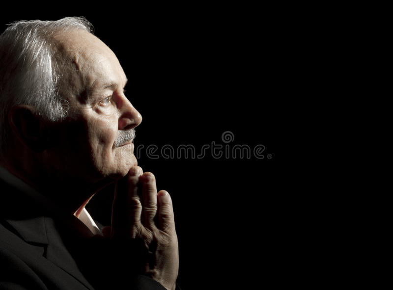 Prière d'homme aîné photos stock