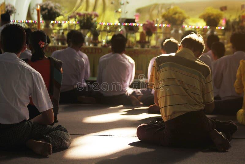 Prière de bouddhisme dans Myanmar photo stock