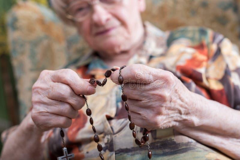 Prière de dame âgée photo libre de droits