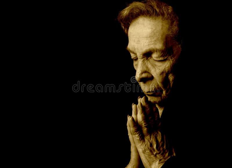 Prière de dame âgée photographie stock libre de droits