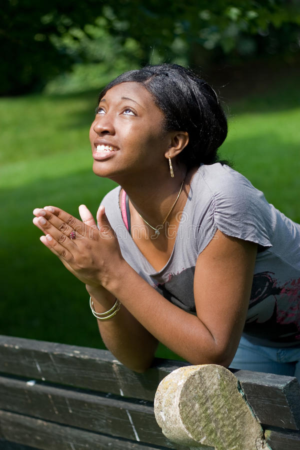 Prière de jeune femme photos libres de droits
