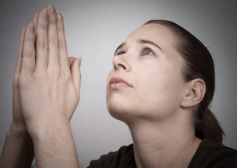Prière de jeune femme photographie stock libre de droits
