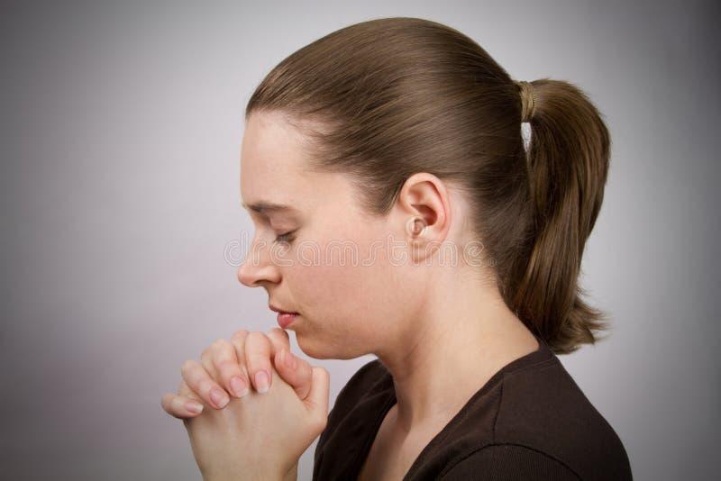 Prière de jeune femme image libre de droits