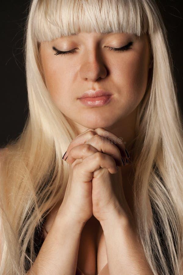 Prière de jeune femme photos stock