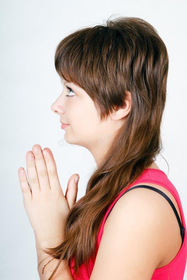 Prière de l'adolescence aux yeux bleus de fille. profil photo stock