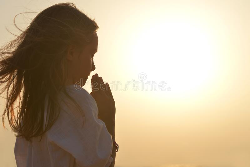 Prière de petite fille photo stock
