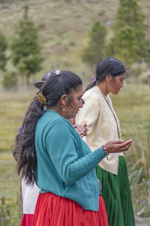 Prière indigène catholique équatorienne à dehors photo libre de droits