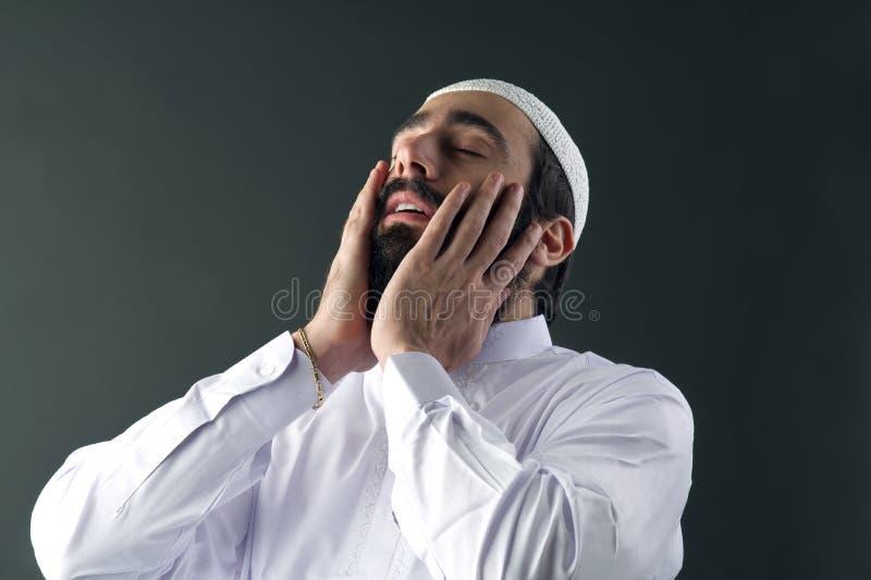 Prière musulmane Arabe d'homme image stock
