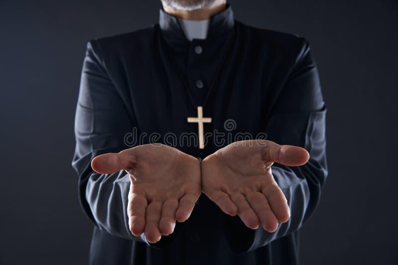 Prière ouverte de bras de mains de prêtre images stock