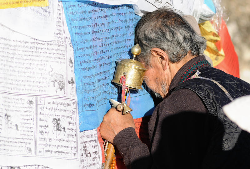 Prière pieuse du Thibet dans le temple de jokhang images stock