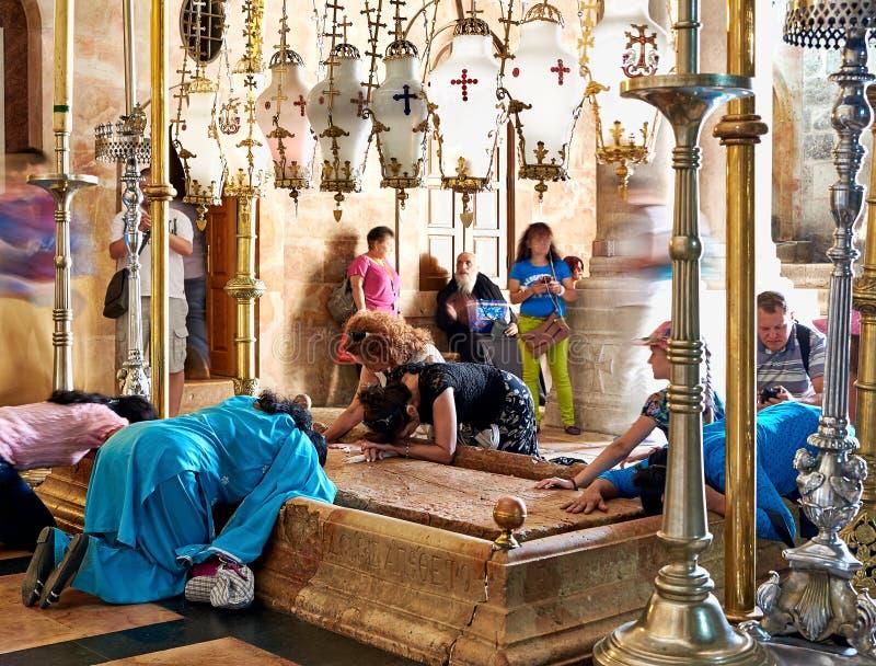 Prières à la pierre d'oindre dans l'église sainte de tombe photos libres de droits