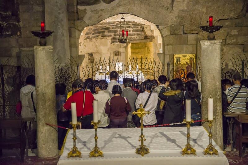 Prières dans la grotte de Vierge Marie dans la basilique de l'annonce à Nazareth, Israël images libres de droits