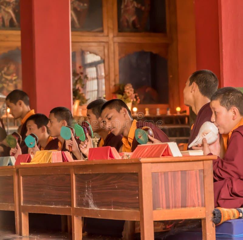 Prières dans le temple bouddhiste photo stock