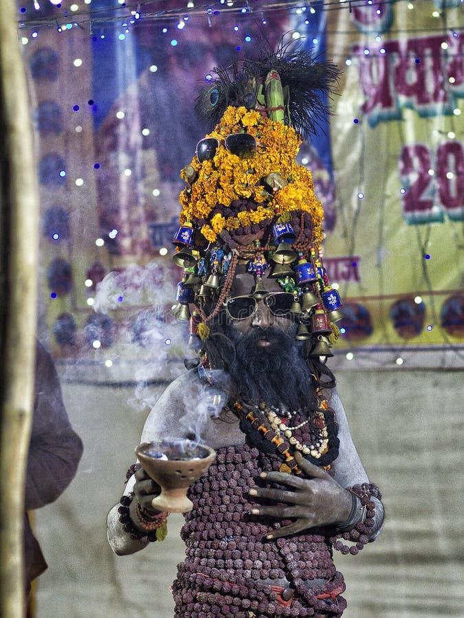 Prières de offre d'un Sadhu de Naga pendant Kumbh Mela, Allahabad, Inde image stock