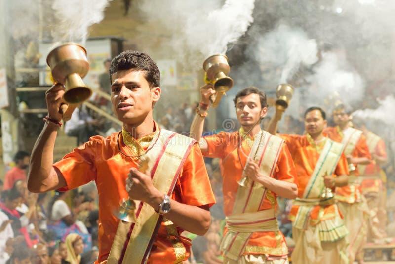 Prières indoues aux ghats du Gange à Varanasi, Inde image libre de droits