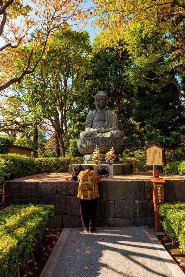 Priant dans Sensoji-JI, temple dans Asakusa, Japon photo libre de droits