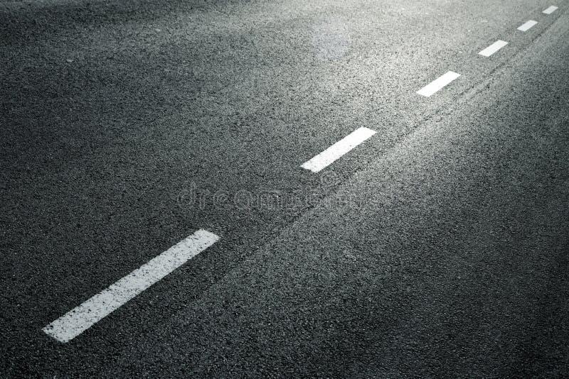 Prickig linje på stadsasfaltvägen arkivfoto