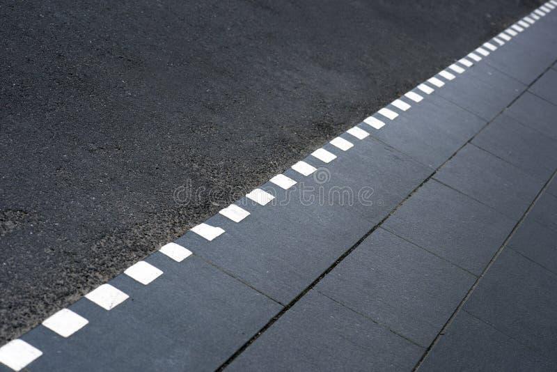 Prickigt fodra på trottoar fotografering för bildbyråer