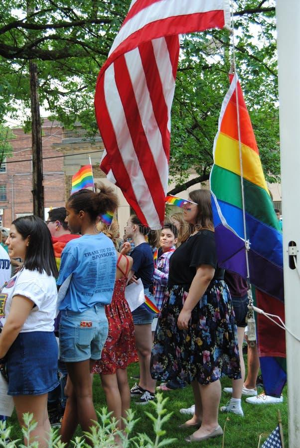 Pride Flag e bandeira americana, Pride Flag Raising, Rutherford, NJ, EUA fotos de stock royalty free
