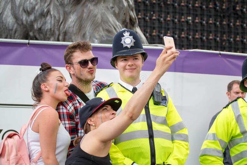 Pride Parade, Mensen die Selfie met Politieman nemen stock foto's