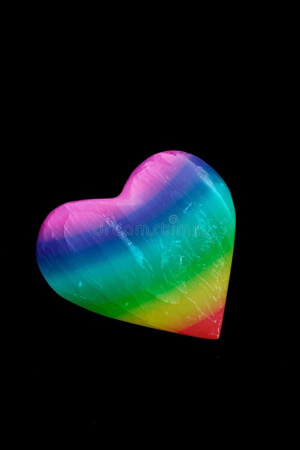 Pride Rainbow-Herz auf schwarzem Hintergrund stockfotografie