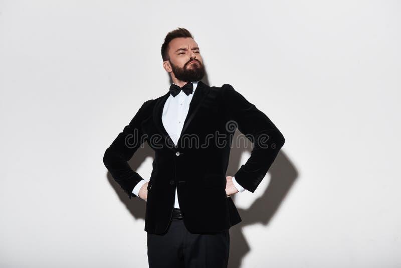 Prideful mens Knappe jonge mens in volledig kostuum die handen op h houden stock foto