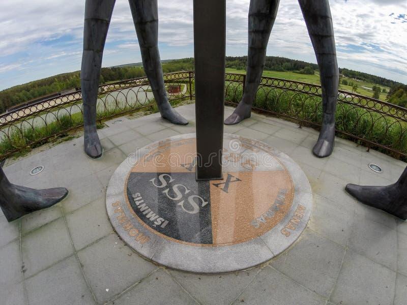 PRIENAI, LITUANIA - 27 DE MAYO DE 2017: Mármol MES del símbolo del parque de la armonía fotos de archivo