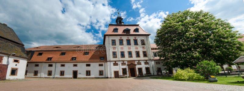 Priessnitz, castelo da cidade sob o céu azul, Alemanha imagens de stock