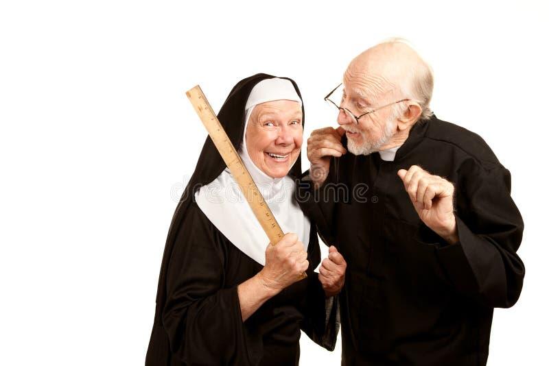 Priester admonsihes mittlere Nonne stockbilder