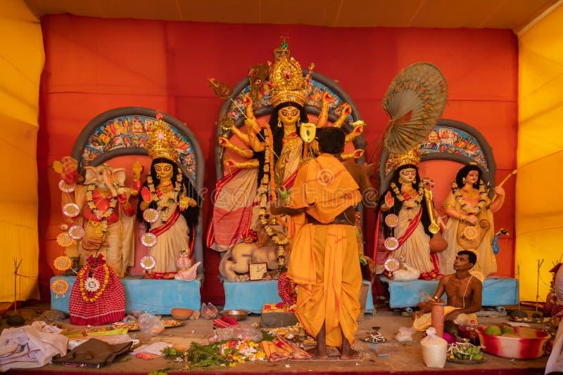Priester-Anbetungsgöttin Durga, Durga-aarti, Durga Puja-Festivalfeier stockfotos
