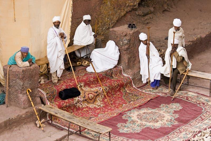 Priester beten in Lalibela stockbild