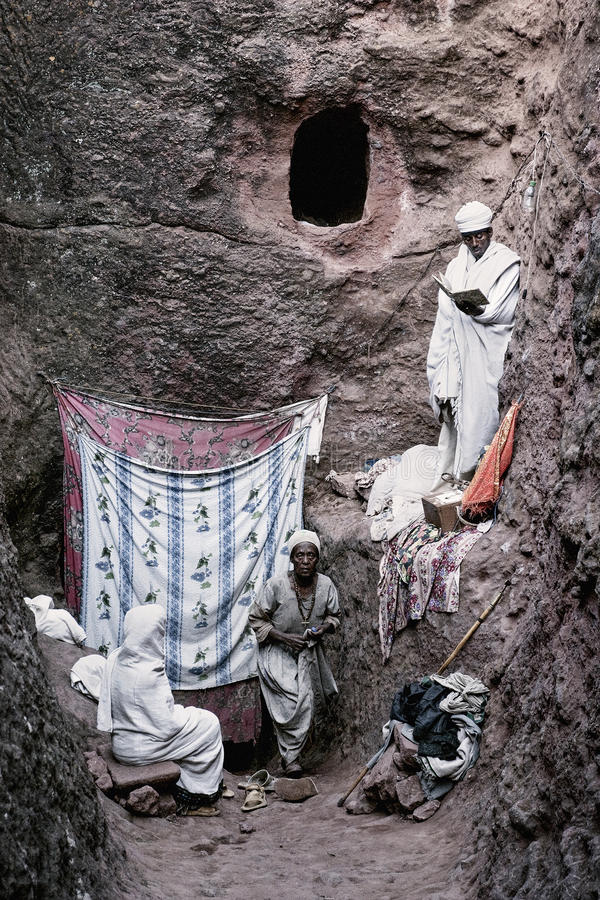 Priester bij oude christelijke orthodoxe kerk in lalibela Ethiopië stock foto's