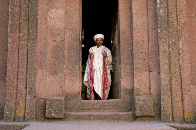 Priester bij oude rots gehouwen kerken van lalibela Ethiopië stock afbeelding