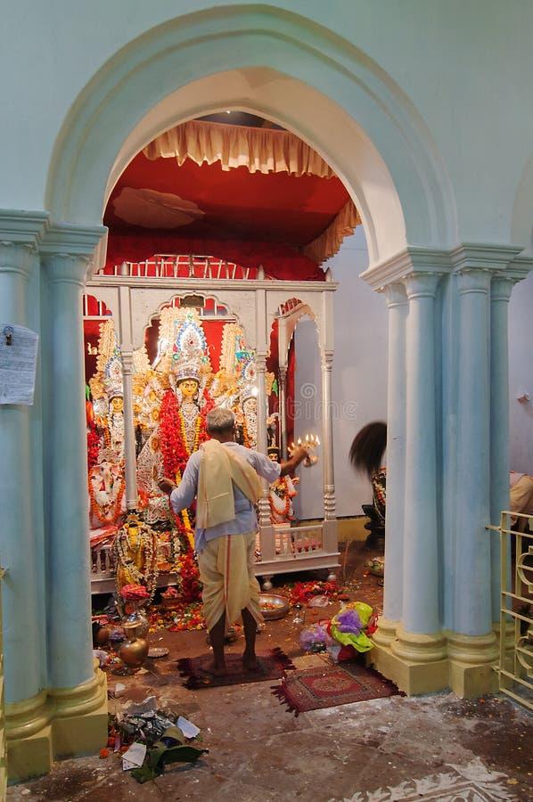 Priester, der zur Göttin Durga, in Kolkata, Indien betet stockbild