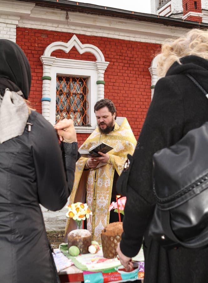 Priester liest ein Gebet stockfotografie