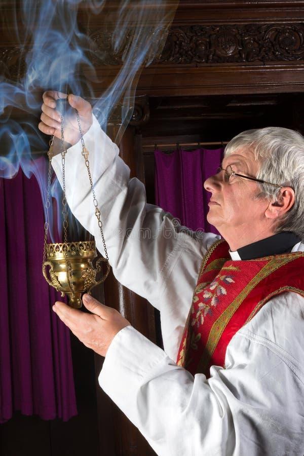 Priester met wierookbrander royalty-vrije stock foto's