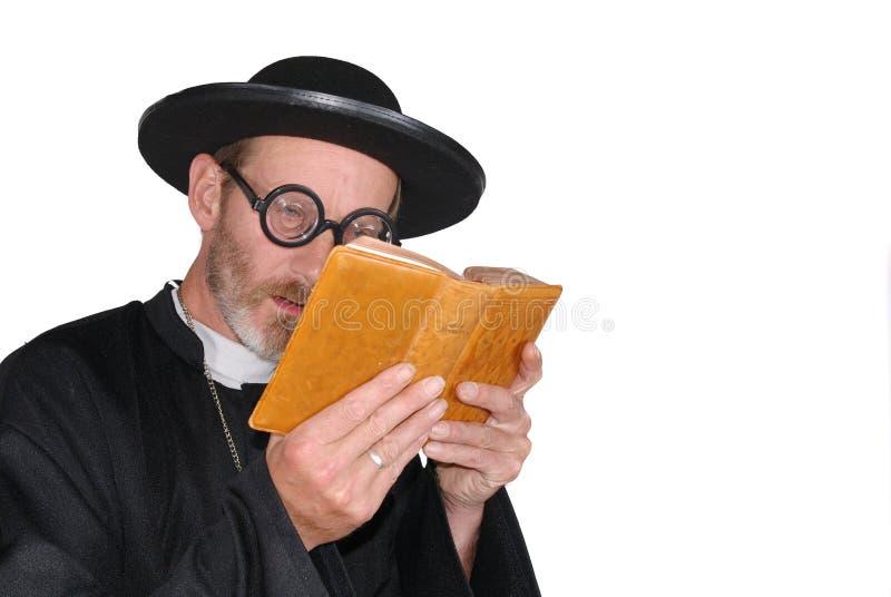 Priester mit Bibel stockbild