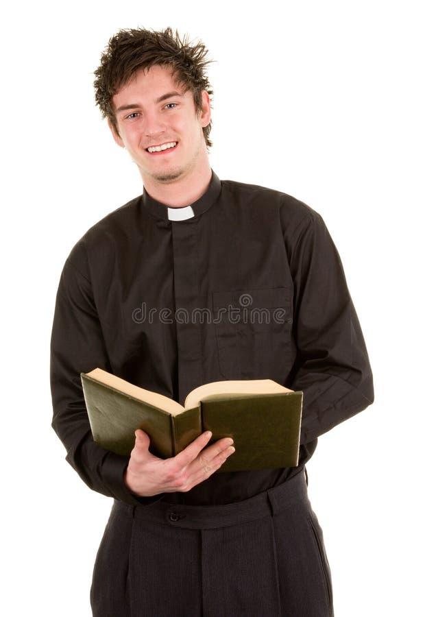 Priester mit einer Bibel stockfoto