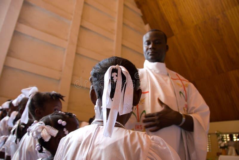 Priester und Mädchen lizenzfreie stockfotografie