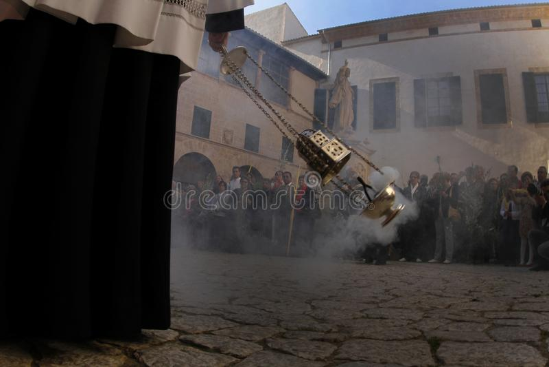 Priester vor Masse in Palma de Mallorca-Kathedrale lizenzfreie stockfotos
