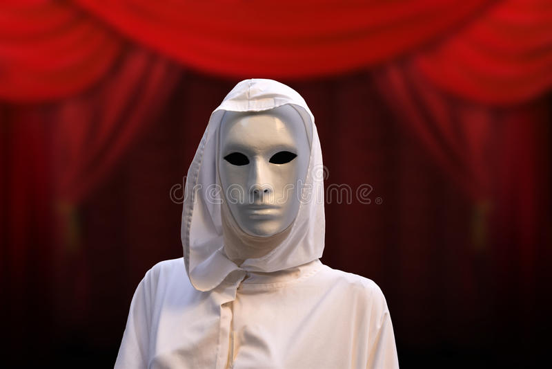 Priesterin der roten Magie, Zauberer mit magische Maske geheimnisvollem Freimaurerhäuschen, roter Hintergrund lizenzfreie stockbilder