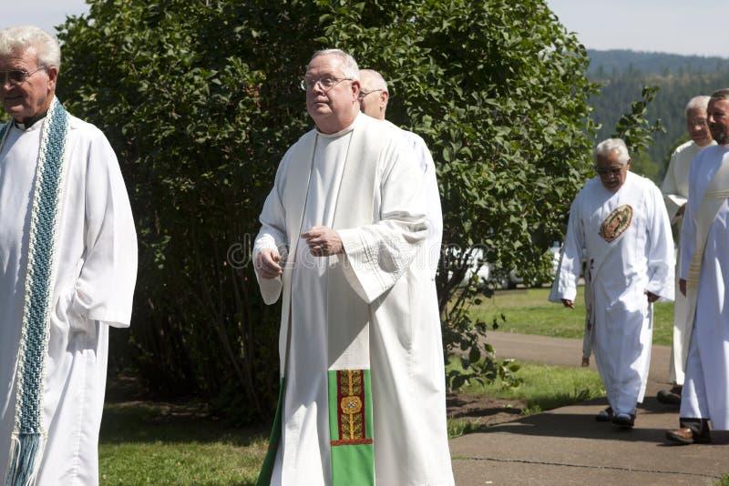 Priesters bij feest van veronderstelling. stock afbeeldingen