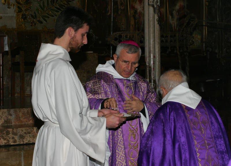 Priesters bij massa in Palma de Mallorca-kathedraal royalty-vrije stock fotografie