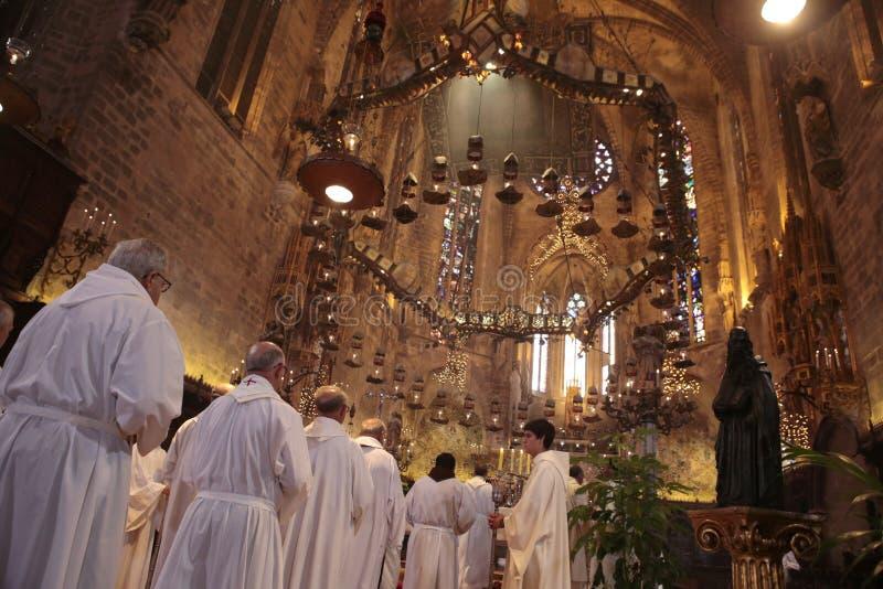 Priesters bij massa in Palma de Mallorca-kathedraal royalty-vrije stock foto