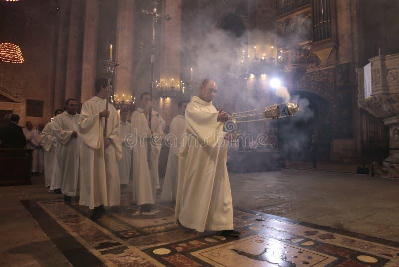 Priesters en wierookthurible die massa ingaan stock afbeelding