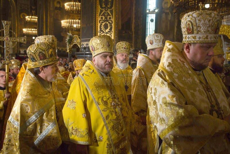 Priesters tijdens de feestelijke liturgie bij St Vladimir Patriarchal c stock foto