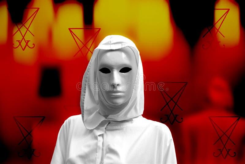 Priestess av röd magi, trollkarlar med den ockulta frimurar- logen för magisk maskering Brandbakgrund och en sigil av det Lucifer arkivbild
