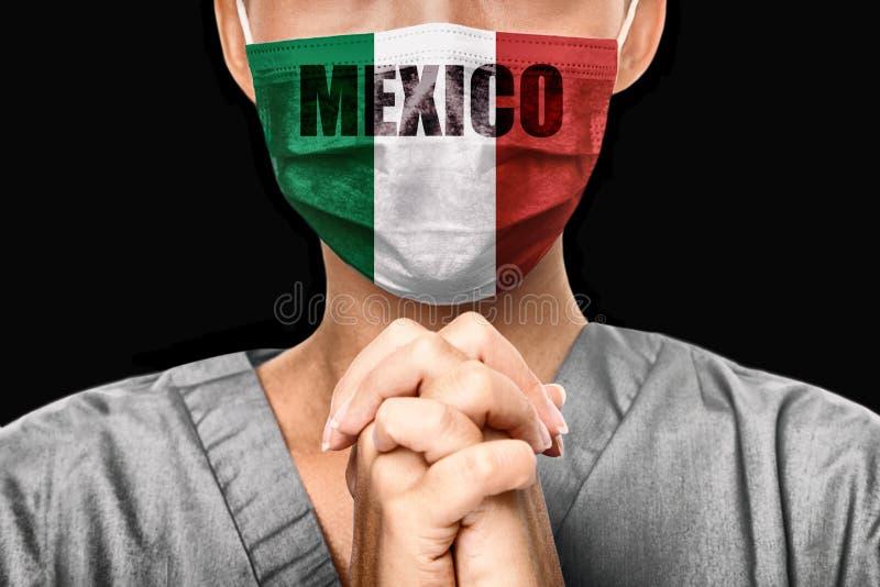 Priez pour le Mexique Éclosion de la pandémie de Coronavirus Docteur priant pour l'aide Jeune femme médecin chirurgienne ou infir photos libres de droits