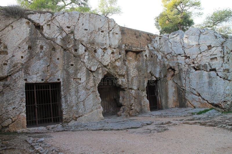 Prigione del filosofo Socrates sulla collina di Filopappou, Atene immagine stock